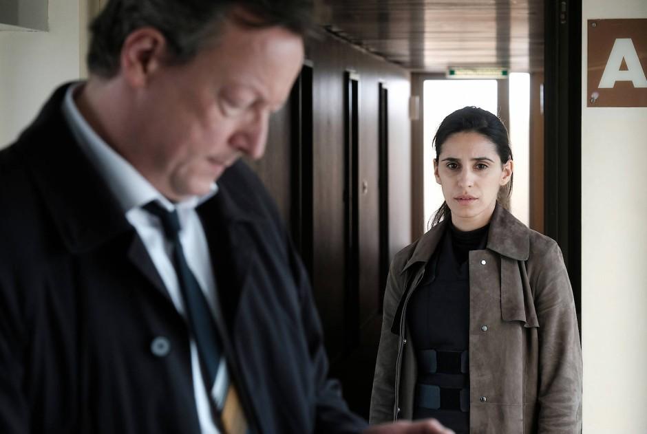 Meuffels (Matthias Brandt) ist zu sehr mit seinem Handy beschäftigt, als dass er auf seine neue Kollegin Nadja Micoud (Maryam Zaree) achtete.