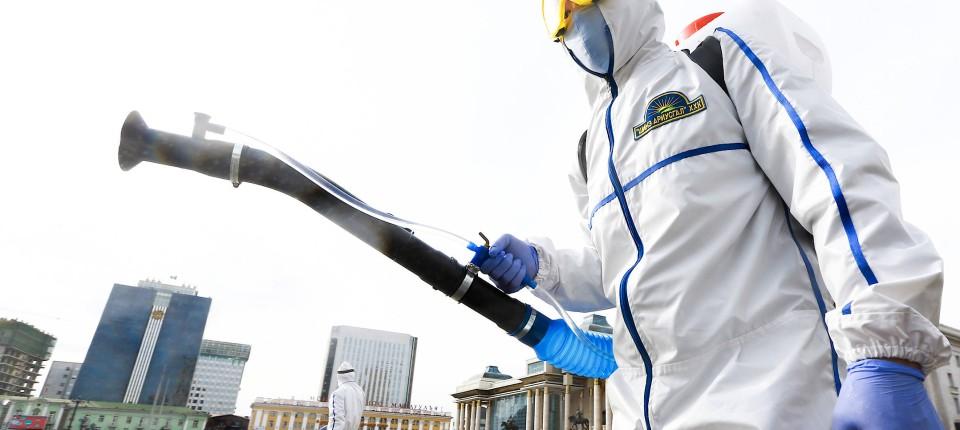 Die Mongolei geht massiv gegen die Corona-Pandemie vor und vermag es, diese zu begrenzen: Staatliche Mitarbeiter versprühen Desinfektionsmittel auf dem zentralen Sukhbaatar-Platz vor dem mongolischen Parlamentsgebäude in der Hauptstadt Ulan-Bator.