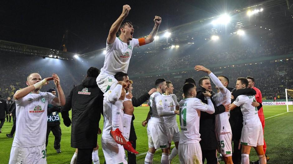 Wenn das kein Jubel ist: Die Mannschaft von Werder Bremen nach dem Sieg im DFB-Pokal gegen den BvB.