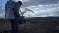 """""""Kollektor"""" in der Mondlandschaft bei Karabasch: Zu sehen ist der Künstler Alexej Korsuchin mit einer Rucksack-Apparatur, die Gasmischungen in Klänge übersetzt."""