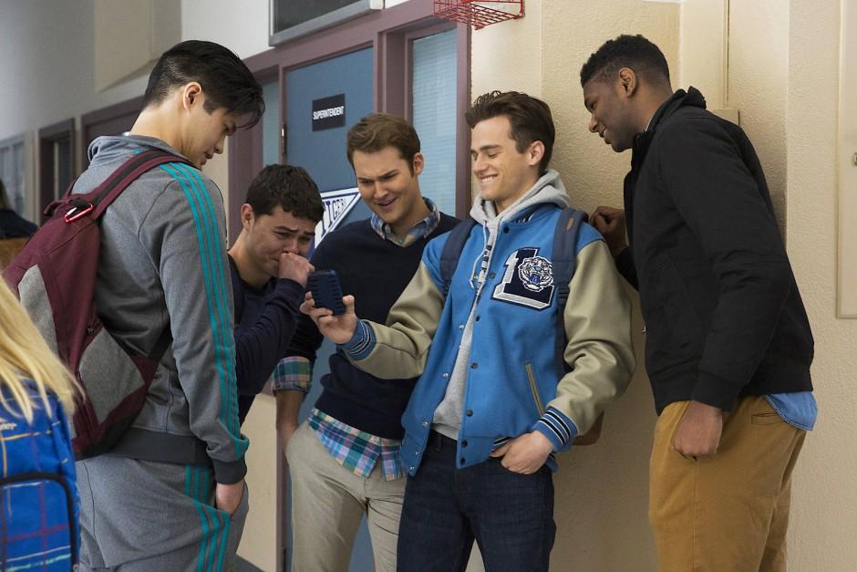 Schlüsselmoment: Gleich wird sich Bryce (Justin Prentice, Mitte) Justins (Brandon Flynn, 2. von rechts) Handy schnappen und ein anzügliches Bild von Hannah in Umlauf bringen.