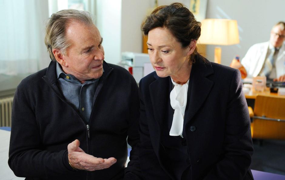 Sie haben sich was zu sagen: Wendelin Winter (Fritz Wepper) und Staatsanwältin Sabine Karmann (Charlotte Schwab).