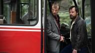 Dreißig Menschen in ihrer Gewalt: Degowski (Alexander Scheer, links) und Rösner (Sascha Alexander Gersak) kapern einen Linienbus.
