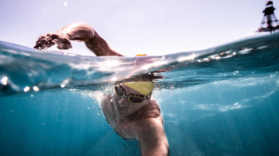 An der Oberfläche kämpft sich André Wiersig durchs Wasser – Stunde um Stunde.