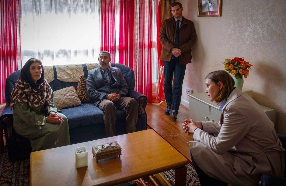 Die Eltern der Verschwundenen (Fisun Burgess und Umit Ulgen) geben sich im Gespräch mit den Polizisten unbesorgt.