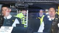 Julian Assange beim Abtransport zu Gericht.