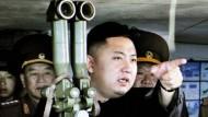 Er glaubt wahrscheinlich, er habe den Durchblick: Kim Jong Un als Oberbefehlshaber seiner Armee.