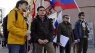 Standhaft: Der Leiter des Jekaterinburger Büros von Aleksej Nawalnyj, Juri Kusminych (zweiter von rechts), mit Gesinnungsgenossen bei einer Kundgebung