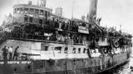 """Das Flüchtlingsschiff """"Exodus"""" bricht 1947 nach Palästina auf."""