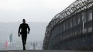 Da wollen die Dresdner Sinfoniker hin: Ein amerikanischer Grenzpolizist läuft in San Diego Streife am Zaun zu Mexiko.