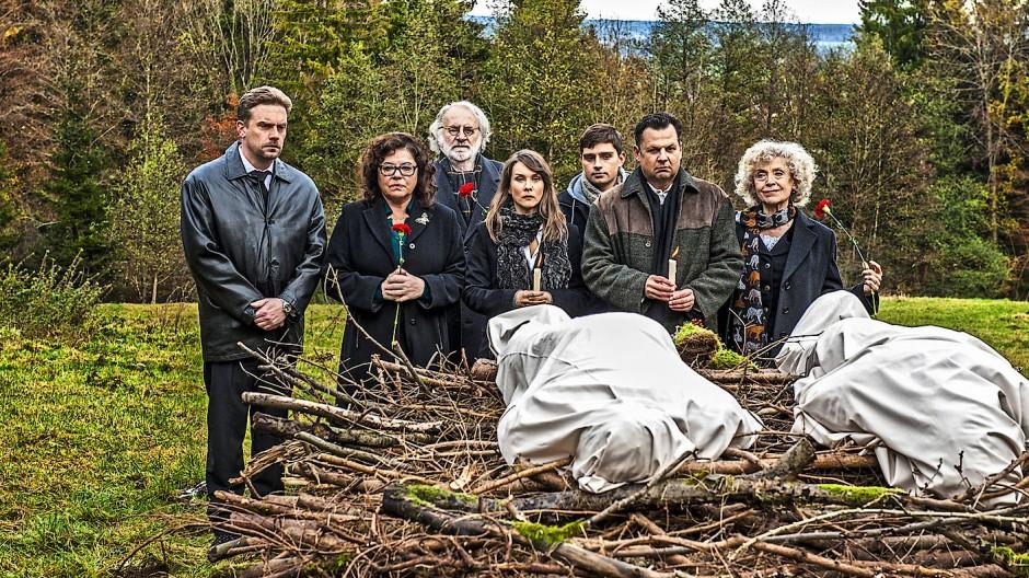Die Leichen sind echt, die Rentenbescheide sind es nicht: Sebastian Bezzel, Gundi Ellert, Fred Stillkrauth, Kathrin von Steinburg, Markus Krojer, Gerhard Wittmann und Ilse Neubauer (von links).