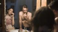 Liebe als Ritualpflege: Nina Rubin (Meret Becker) und Viktor (Aleksandar Tesla) beim abendlichen Zähneputzen im Bad.