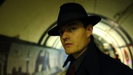 Unterwegs in der alternativen Vergangenheit: Sam Riley spielt den Detective Douglas Archer.