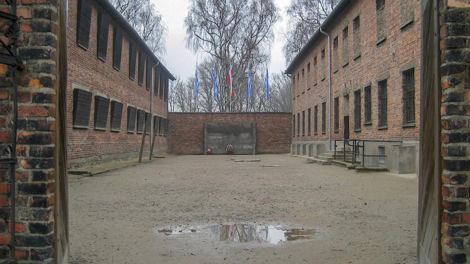 <CW-6>Die Todeswand im Stammlager des Konzentrationslagers Auschwitz zwischen Block 10 und Block 11. Vor ihr wurden Tausende von Menschen ermordet.