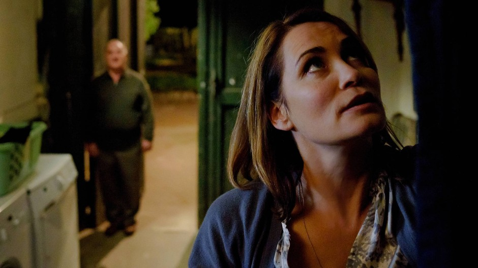 Hinterrücks: Rebecca Tiefenthaler (Anja Kling) ist vor Dieter Tiberius (Udo Samel) Nachstellungen nicht sicher.