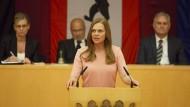 Susanne Kröhmer (Anna Loos) will Regierende Bürgermeisterin von Berlin werden. Doch dafür muss sie erst einmal einen gnadenlos geführten Wahlkampf bestehen.
