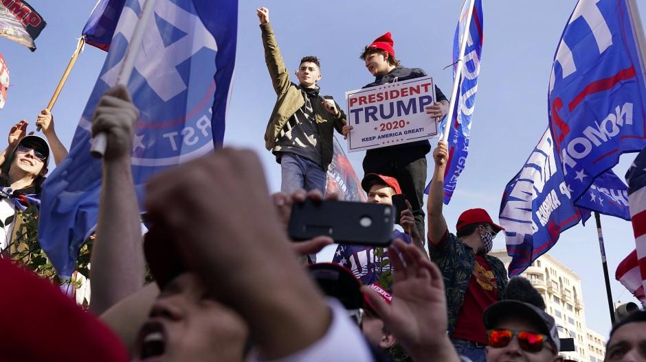 Ist es vorbei? Für sie offenbar nicht: Trump-Anhänger Mitte November bei einer Demonstration in Washington.