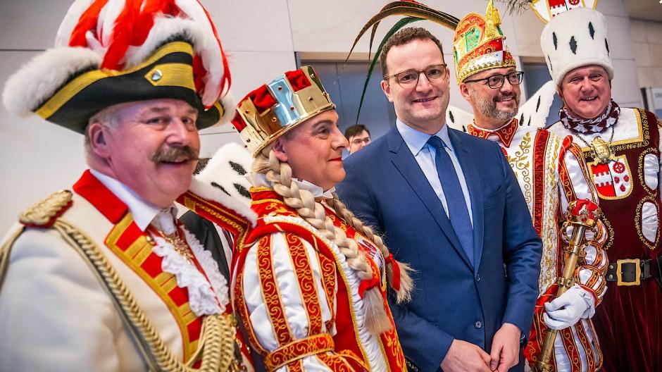 Karnevalisten unter sich: Jens Spahn mit dem Troisdorfer Dreigestirn, Prinz Torsten I. (Sterzel, 2.v.r), Bauer Heinz (Nagel, r.) und Jungfrau Petra (Peter Vetter, 2.v.l.).