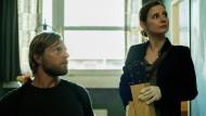 Noch haben sie keine Spur: Die Ermittler Rainer Warnke (Henning Baum) und Tanja Braungart (Josefine Preuß) durchsuchen eine Wohnung.