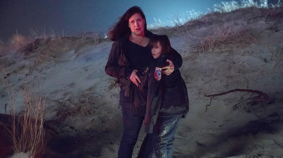 """Donner, Blitz und Findelkind: Allison Tolman und Alexa Swinton in """"Emergence"""" am Strand."""