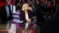 """Letzter Schliff: Marine Le Pen wird auf ihren Auftritt in der Fernsehsendung """"L'Emission politique"""" vorbereitet."""
