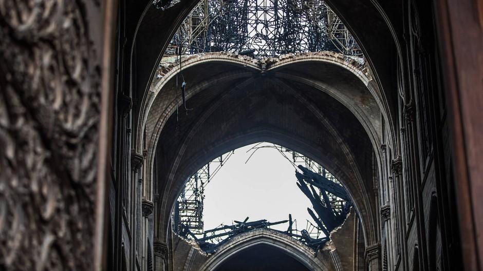 Blick ins Innere der ausgebrannten Kathedrale Notre-Dame de Paris.