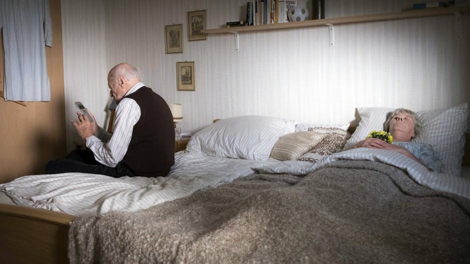Anruf bei der Polizei: Horst Claasen (Dieter Schad) hat aus Verzweiflung seine schwerkranke Frau (Liane Düsterhöft) getötet.
