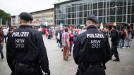 Präsenz zeigen: Polizeibeamte vor dem Kölner Hauptbahnhof.