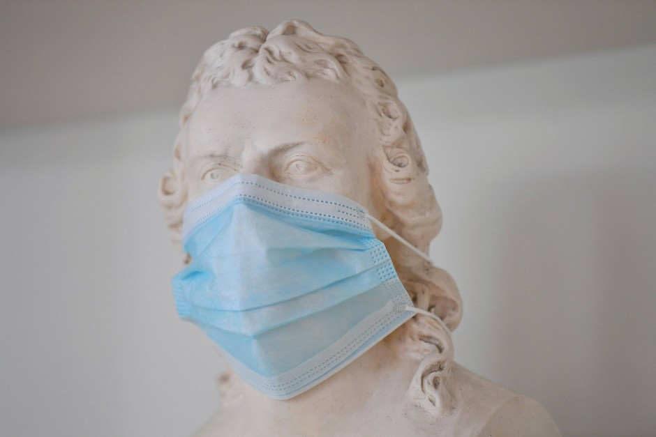 Dichter mit Maulkorb: Der Gipsbüste Friedrich Schillers im Museum hat jemand eine Maske verpasst.