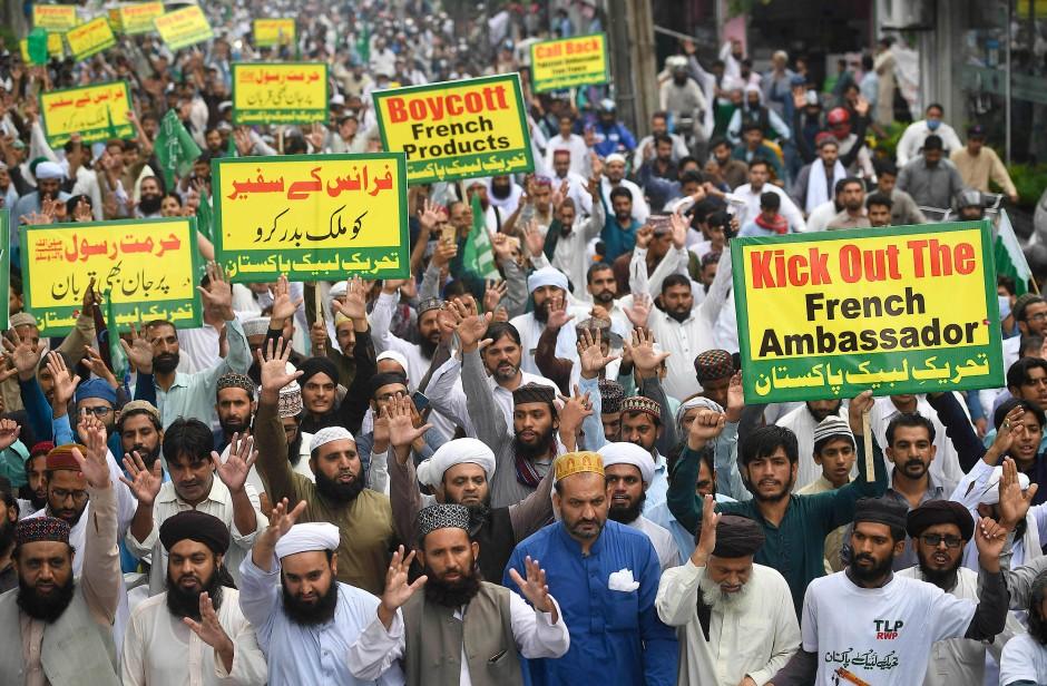 """Anhänger der islamistischen Partei Tehreek-e-Labbaik demonstrieren am Freitag in Rawalpindi gegen """"Charlie Hebdo""""."""