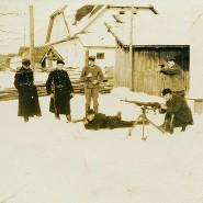 Schnappschüsse wurden untereinander getauscht: Schießübungen im Hof der Kommandantur, angeleitet von Johann Niemann (Mitte). Aufnahme aus dem Frühjahr 1942.