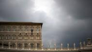 Der Himmel über Rom: Papst Franziskus gibt während des Mittagsgebets am Petersplatz seinen Segen.