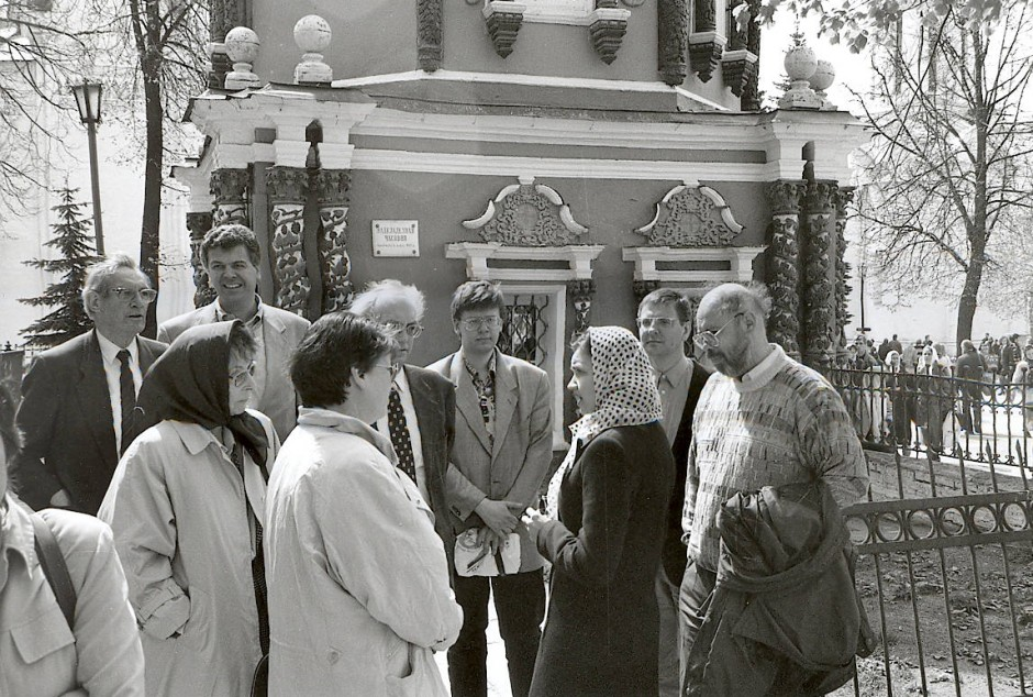 Karl Dietrich Bracher (links, davor mit Kopftuch seine Frau Dorothee) bei einem Besuch im Kloster Sagorsk in Russland, 1998.