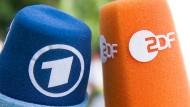 Zwei Mikrophone, ein öffentlich-rechtliches System: ARD und ZDF verstehen sich als Diener des Gemeinwohls. Da sind Steigerungsmöglichkeiten noch drin.