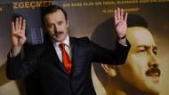 """Siegerpose: Der Schauspieler Reha Beyoglu verkörpert in dem Film """"Reis"""" den türkischen Präsidenten Erdogan."""