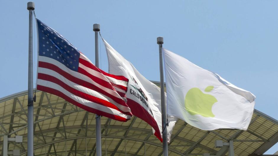 Mächtige Stimme: Auf dem Apple-Campus in Cupertino wehen die Fahnen der Vereinigten Staaten, Kaliforniens und der Firma