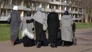 Sie dürften von den Autoren der Studie mitgemeint sein: Frauen mit Kopftuch bei einem Spaziergang in Halle-Neustadt.