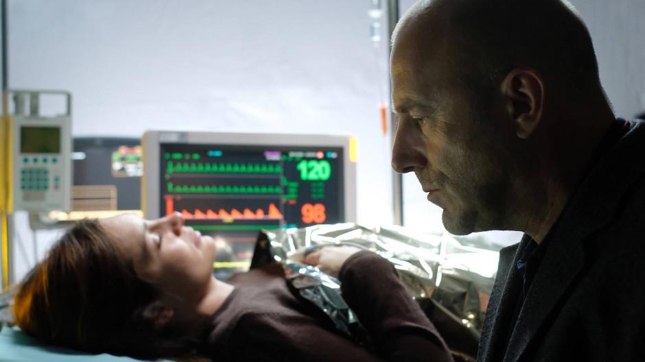 Kommt er zu spät oder gerade noch rechtzeitig? Richard Brock (Heino Ferch) am Krankenbett seine Tochter Petra (Sabrina Reiter).