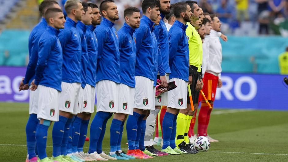 Da stehen sie und knien nicht, das gilt allerdings für beide Teams: Die Nationalmannschaften von Italien und Wales vor dem Beginn ihrer EM-Partie.