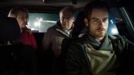 Was denken die sich bloß? Die Kommissare Charlotte Lindholm (Maria Furtwängler) und Klaus Borowski (Axel Milberg) haben sich Rainald Klapproth (Florian Bartholomäi) als Fahrer nicht ausgesucht.
