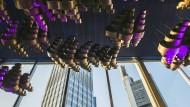 Die Goldwolken des ungarischen Künstlers Zoltán Kemény zieren seit Anbeginn die Decke des Schauspielfoyers. Jetzt steht die Sanierung der Städtischen Bühnen an, die Gutachtern zufolge 400 Millionen Euro kosten soll.