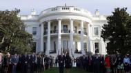 Hier stimmt der symbolischer Akt ausnahmsweise: Donald Trump, seine Frau Melania und die Mitarbeiter des Weißen Hauses in Washington bei einer Schweigeminute zum Gedenken an die Opfer der Terroranschläge vom 11. September 2001.