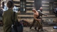 """Van Damme ist Van Damme ist Van Damme: In der Serie """"Jean-Claude Van Johnson"""" schlüpft er in verschiedene Rollen. Hier gibt er in der fiktiven Martial-Arts-Version der """"Abenteuer des Tom Sawyer"""" den Huckleberry Finn."""