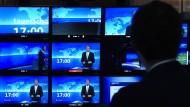"""Nachrichten den ganzen Tag: Bildschirme in der Regie der """"Tagesschau""""-Redaktion in Hamburg."""