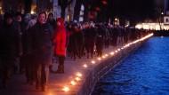 """Im Februar gedachten in Kopenhagen hunderte Menschen der Terroropfer, die bei einem Anschlag auf die Synagoge und das Kulturhaus """"Krudttonden"""" ums Leben kamen. Jetzt will eine Ausstellung die Täter als """"Märtyrer"""" zeigen."""