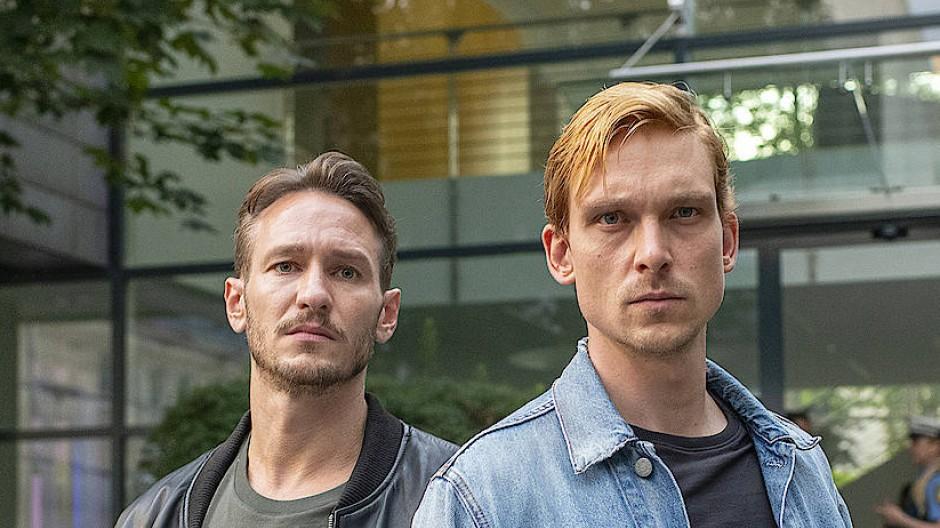 Sie kennen sich seit Kindertagen: die Hauptkommissare Leo Hölzer (Vladimir Burlakov, links) und Adam Schürk (Daniel Sträßer).