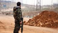 Kampf bis zum Letzten: Ein syrischer Regierungssoldat an einer Straße bei Aleppo.