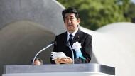 """Kann sich nicht zu einem ausdrücklichen """"Nein"""" zur Bombe durchringen: Der japanische Premierminister Shinzo Abe spricht am 6. August vor etwa 50 000 Menschen in Hiroshima."""
