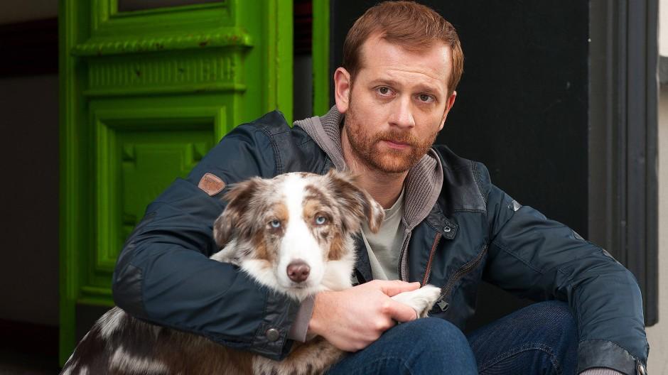 """Hauptdarsteller: Christoph Schechinger als Psychologe Paul und die Therapiehündin Käthe, die im realen Leben auf den Namen """"Hoonah"""" hört."""