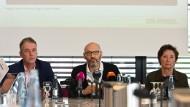 """""""Spiegel""""-Verlagschef Thomas Hass (links), Chefredakteur Steffen Klusmann und Brigitte Fehrle stellen den Bericht vor."""